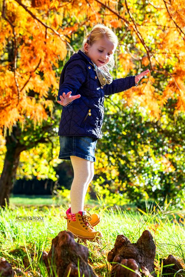 kleines Mädchen balanciert