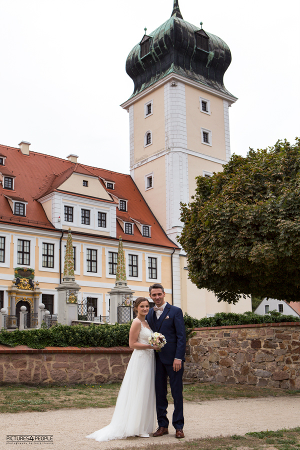 Brautpaar vor dem Delitzscher Schloss, fotografiert von Hochzeitsfotograf aus Dessau
