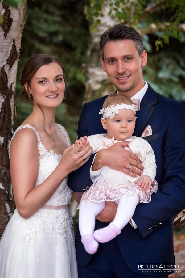 Brautpaar mit Baby in Zörbig, fotografiert von Hochzeitsfotograf aus Dessau