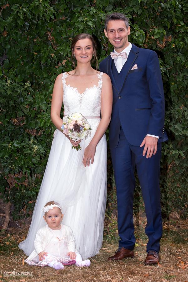 Hochzeitspaar mit Baby in Zörbig, fotografiert von Hochzeitsfotograf aus Dessau