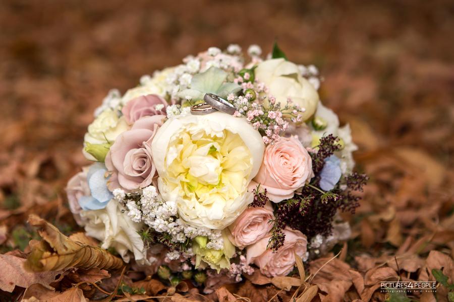 Brautstrauß im trockenen Laub, in Zörbig, festgehalten von Hochzeitsfotograf Dessau