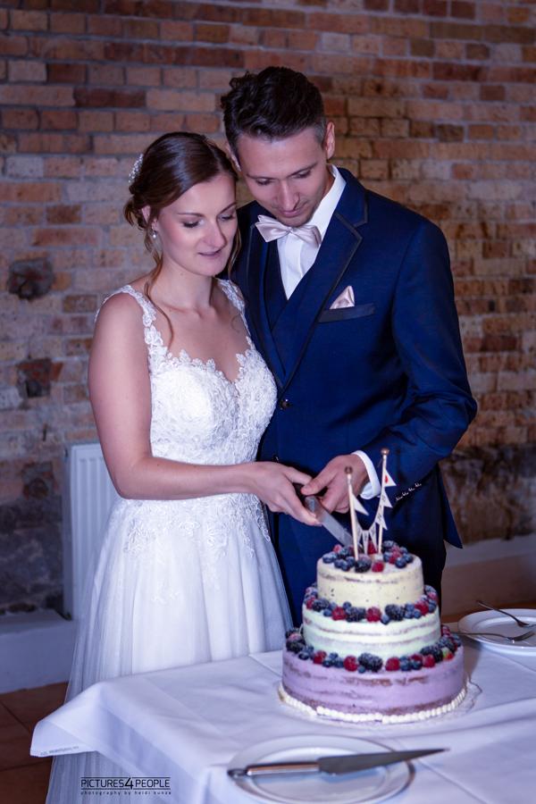 Brautpaar schneidet Torte an, in Zörbig, festgehalten von Hochzeitsfotograf Dessau