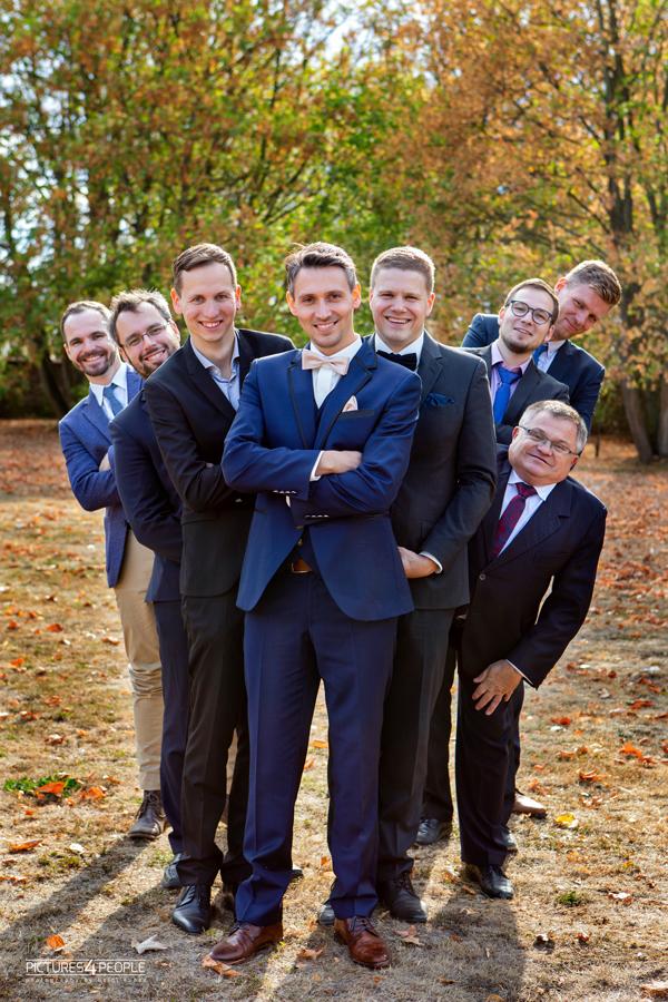 Bräutigam mit Freunden, in Zörbig, festgehalten durch Hochzeitsfotograf Dessau