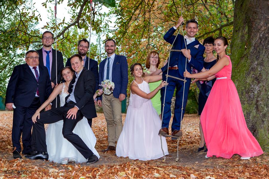 Brautpaar mit Freunden auf Kinderschaukeln in Zörbig, festgehalten von Hochzeitsfotograf Dessau