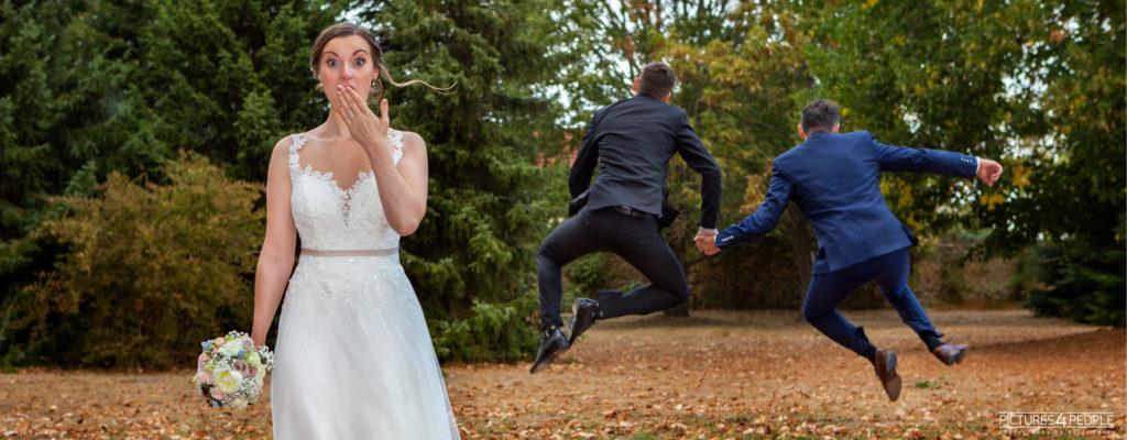 erschrockene Braut, Bräutigam läuft im Hintergrund mit einem Mann weg, im Spaß fotografiert von Hochzeitsfotograf Dessau