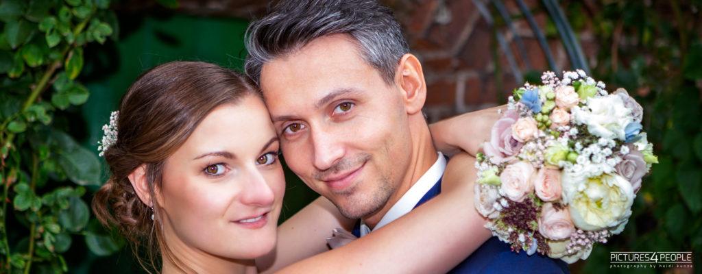 Brautleute mit Strauß, kuschelnd, fotogarfiert von Fotograf aus Dessau