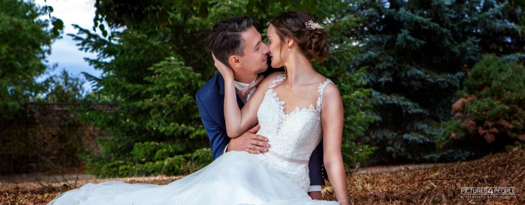 küssendes Brautpaar im trockenen Laub in Zörbig, fotografiert von Hochzeitsfotograf aus Dessau, Wittenberg, Coswig, Bitterfeld, Aken, Bernburg, Zerbst