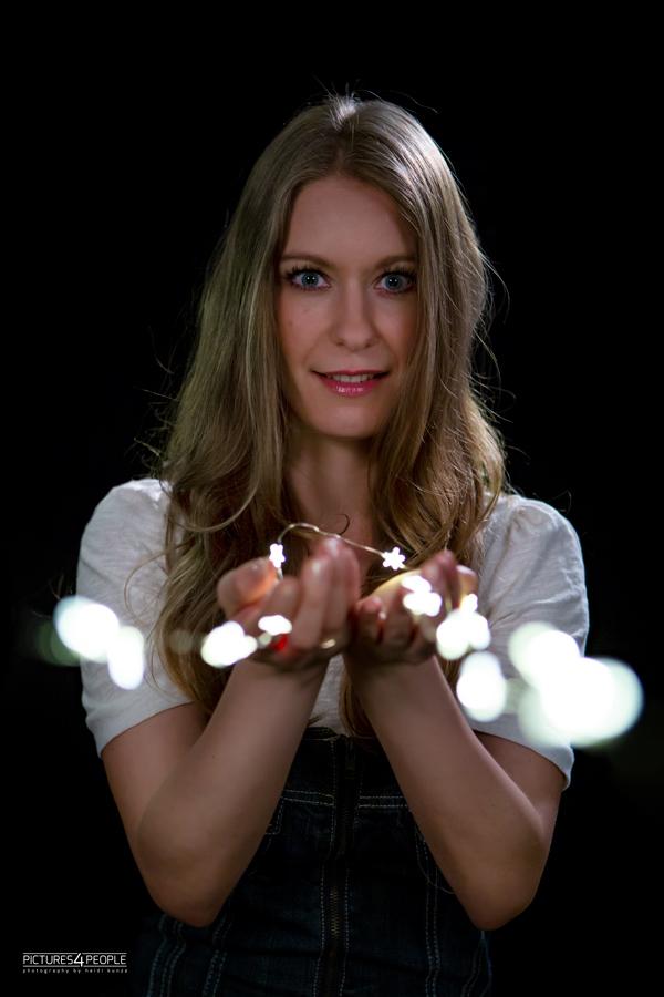 junge Frau mit Lichterkette