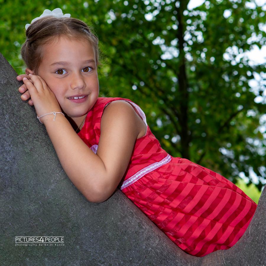 Einschulung, Kind liegt auf einer Astgabel