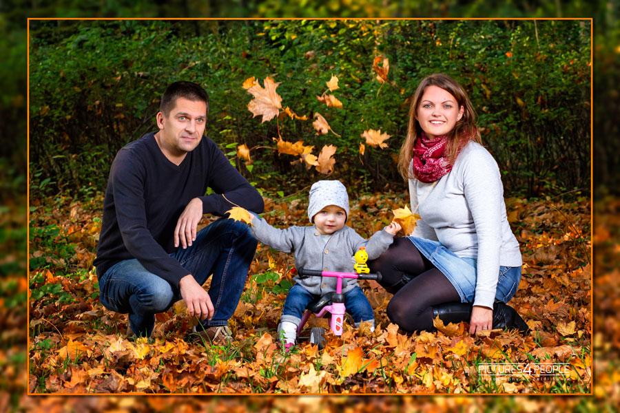 Familie mit Kleinkind im herbstlichen Wald