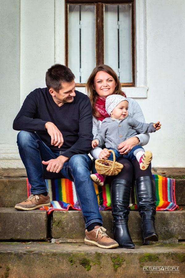 Familie mit Kleinkind auf einer Steintreppe