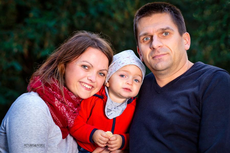 Eltern mit Kleinkind, schmusend