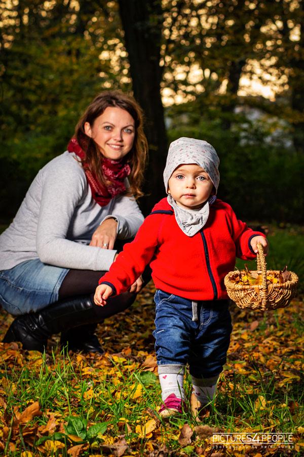 Mama mit kleinem Kind im herbstlichen Wald