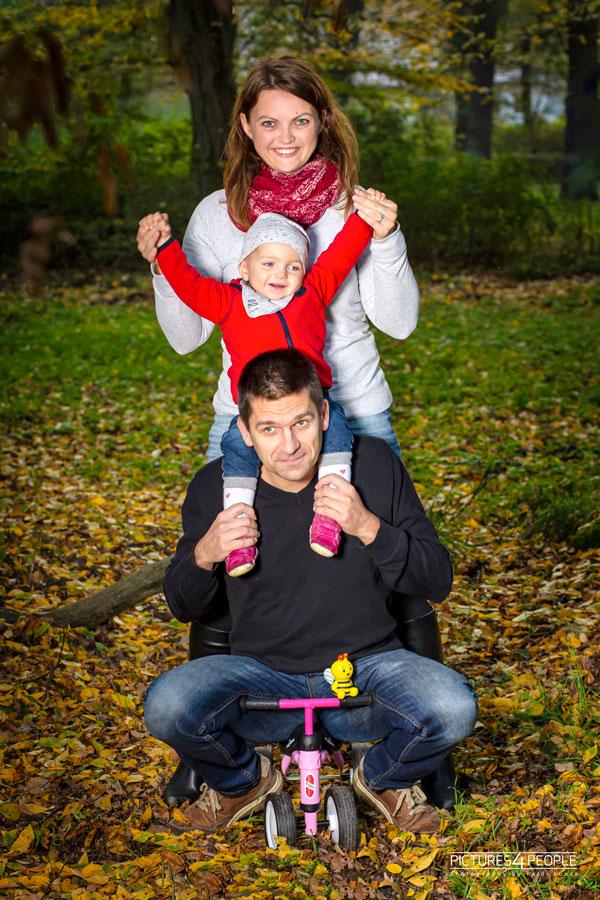 Mama, Papa, Kind machen Spaß im Wald