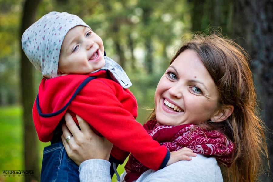 glückliche Mama mit Kleinkind im Arm