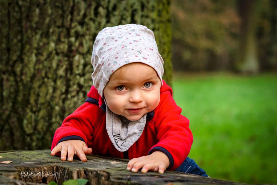 Kleinkind im Wald