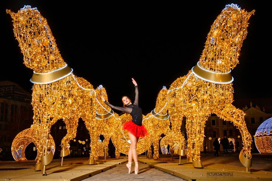 Lichterwelt Magdeburg, Tänzerin auf zehenspitzen zwischen den Pferden vor der Magdeburger Halbkugel