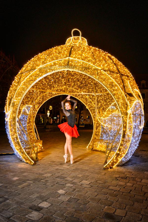 Lichterwelt Magdeburg, Tänzerin auf Zehenspitzen in einer großen Weihnachtskugel