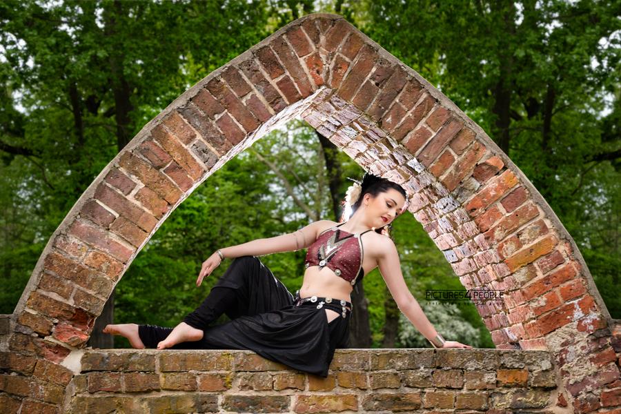 Tänzerin in einem Torbogen