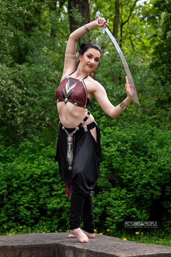 Tänzerin in Tanzpose, mit Schwert