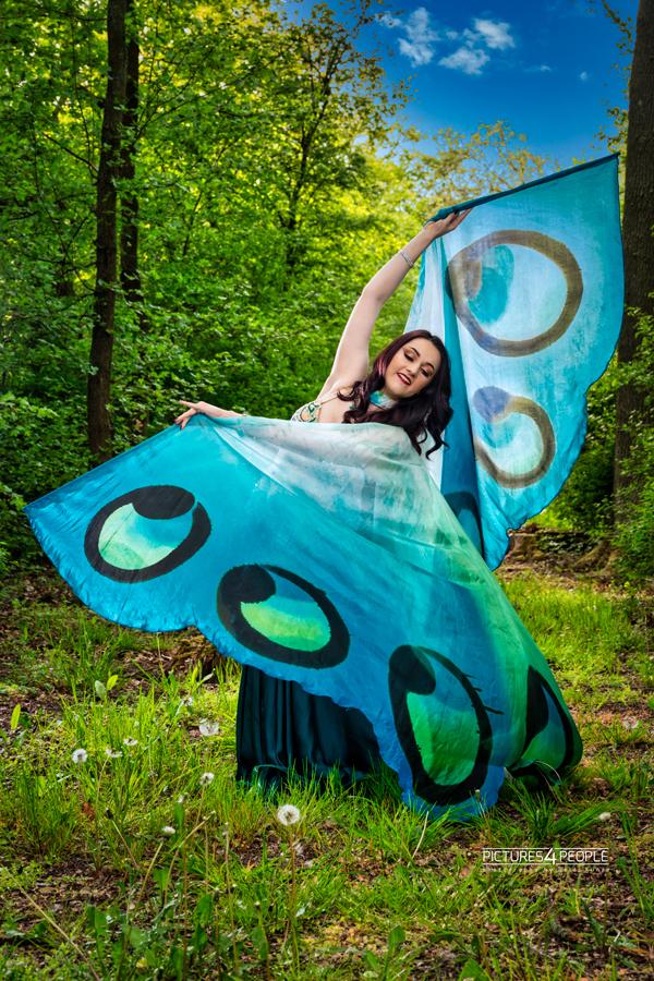 Tänzerin mit Schmetterlingsflügeln im Wald