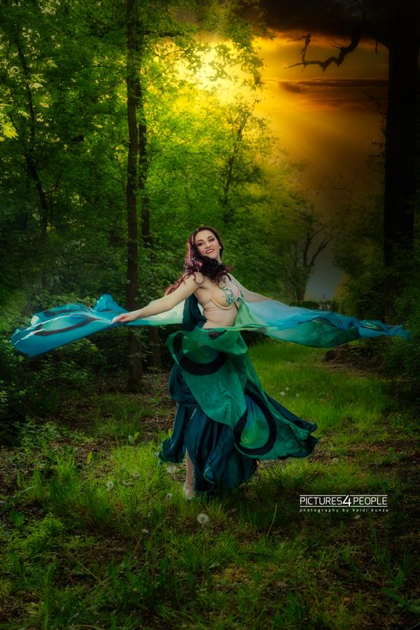 Tänzerin im Wald mit mystischem Himmel