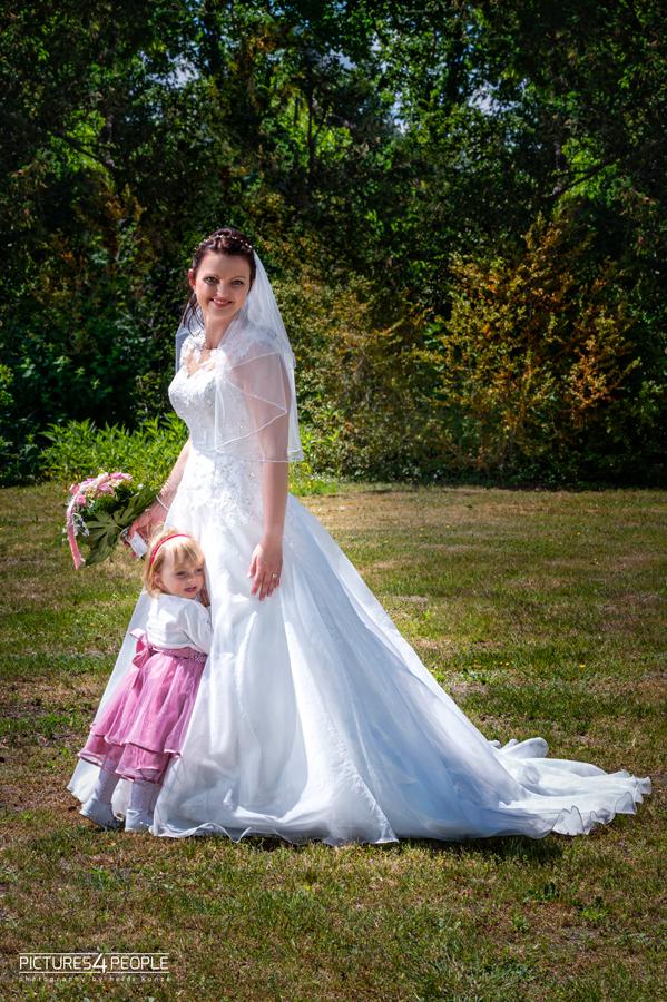 Hochzeit, Tochter kuschelt sich an die Braut