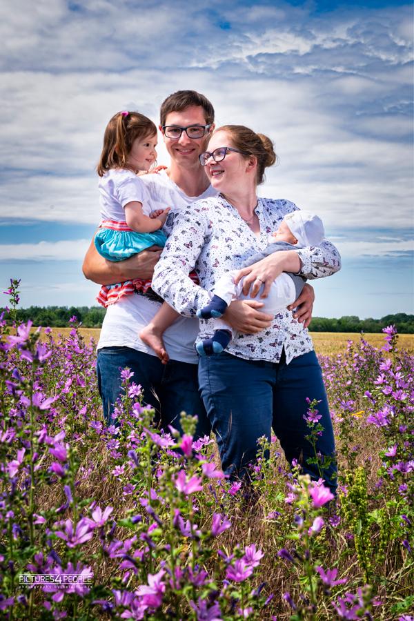 junge Familie in Dessau in einem rosafarbenen Blühstreifen
