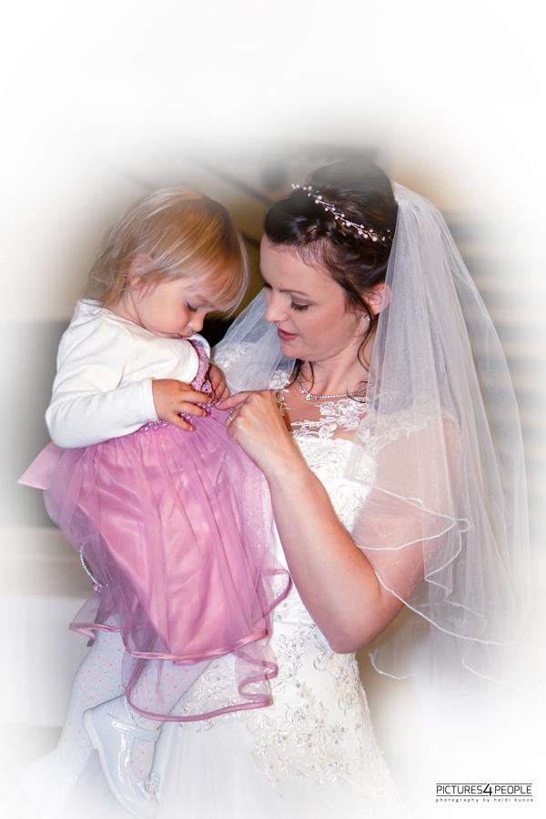 Hochzeit, Tochter und Mamas im Zwiegespräch