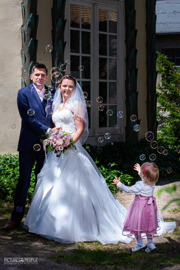 Hochzeit, Tochter hascht Seifenblasen