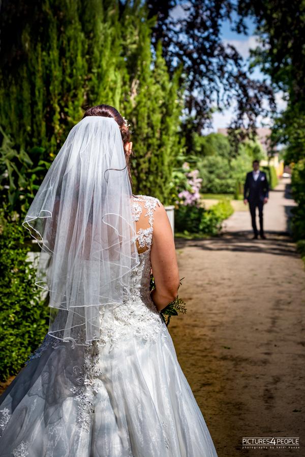 Hochzeit, Braut wartet im Park auf dem Bräutigam