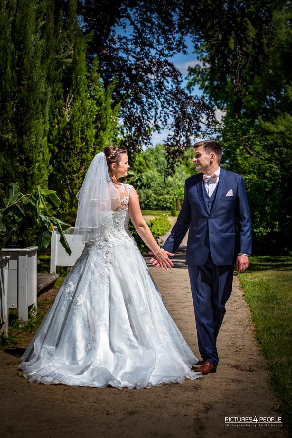 Hochzeit, Paar läuft aneinander vorbei