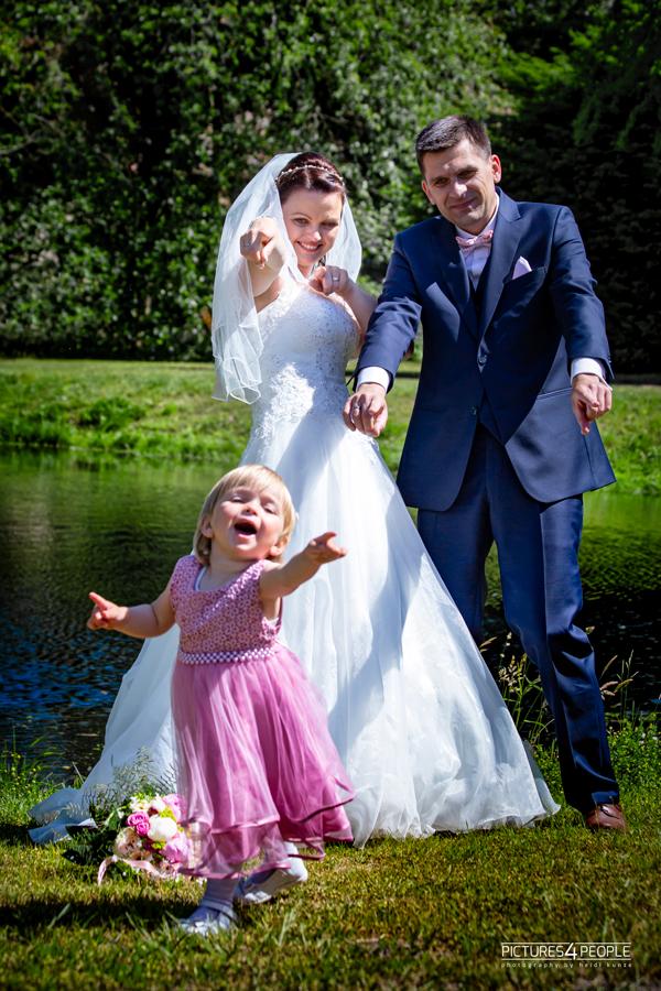 Hochzeit, Tochter läuft zum Fotografen
