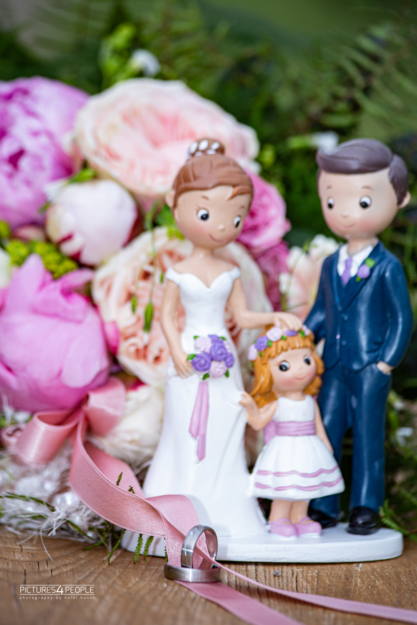 Hochzeit, Ringe und Brautstrauß