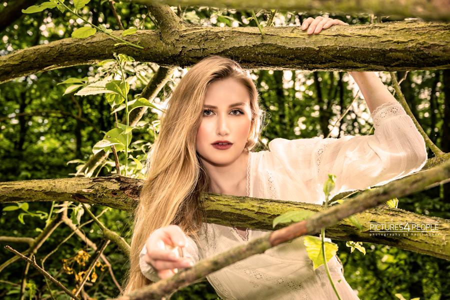Fotograf aus Dessau; junge Frau zwischen Ästen