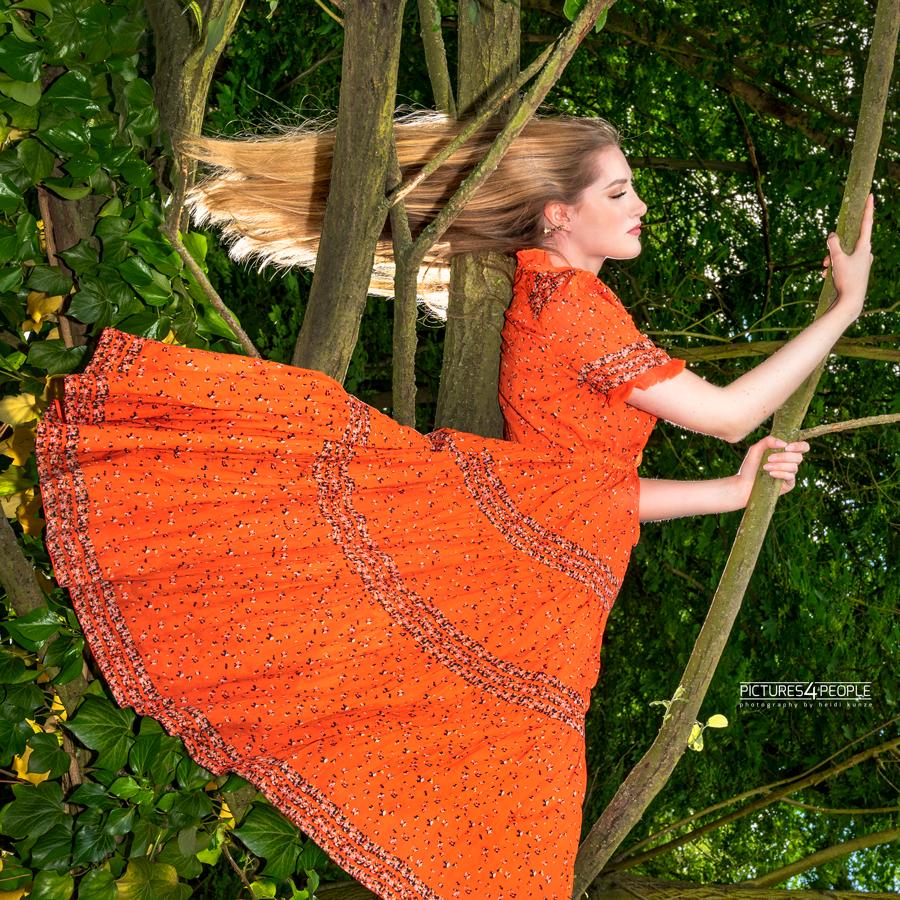 Fotograf aus Dessau; junge Frau liegt auf einem Baumstamm