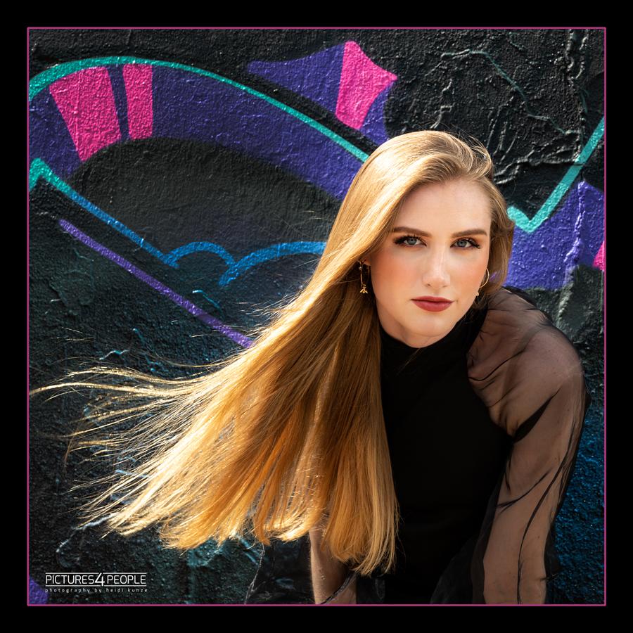 Fotograf aus Dessau; junge Frau vor einer Graffitiwand