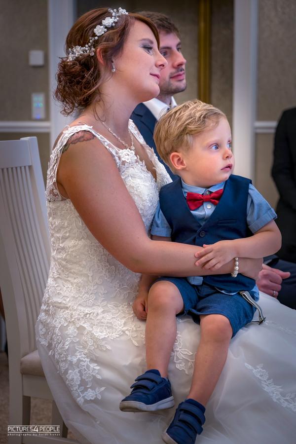 Fotograf aus Dessau; Hochzeit, kleiner Sohn sitzt auf dem Schoß der Braut