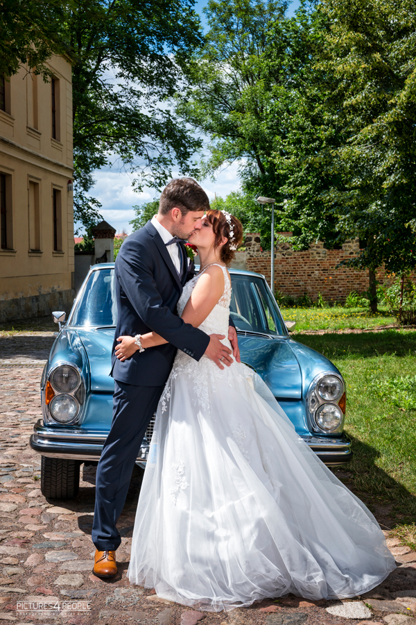 Fotograf aus Dessau; Hochzeit, Brautleute stehen vor ihrem Hochzeitswagen