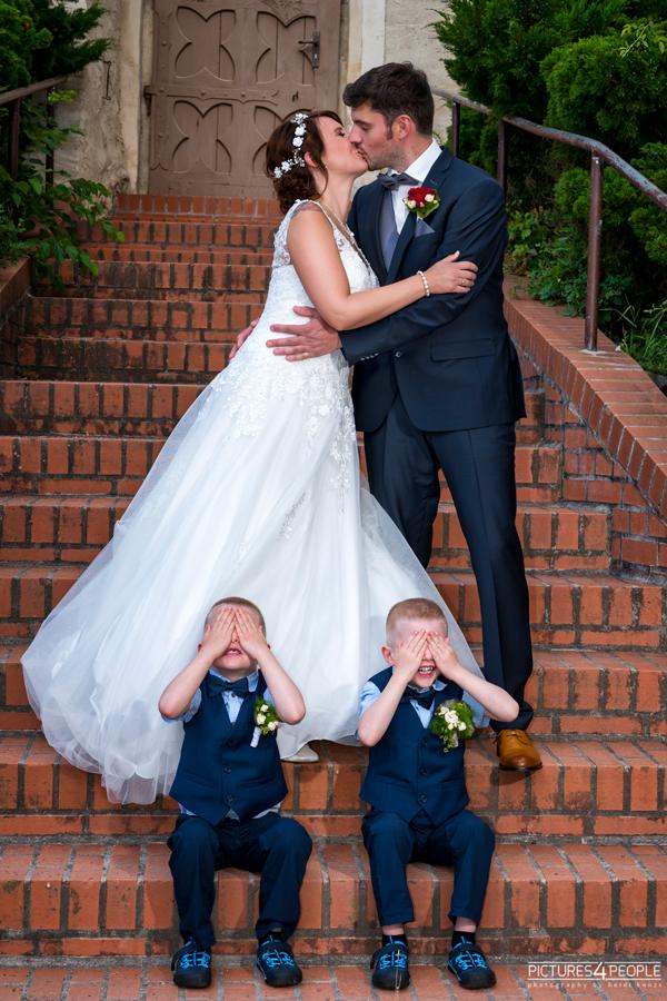 Fotograf aus Dessau; Hochzeit, Brautleute küssen sich