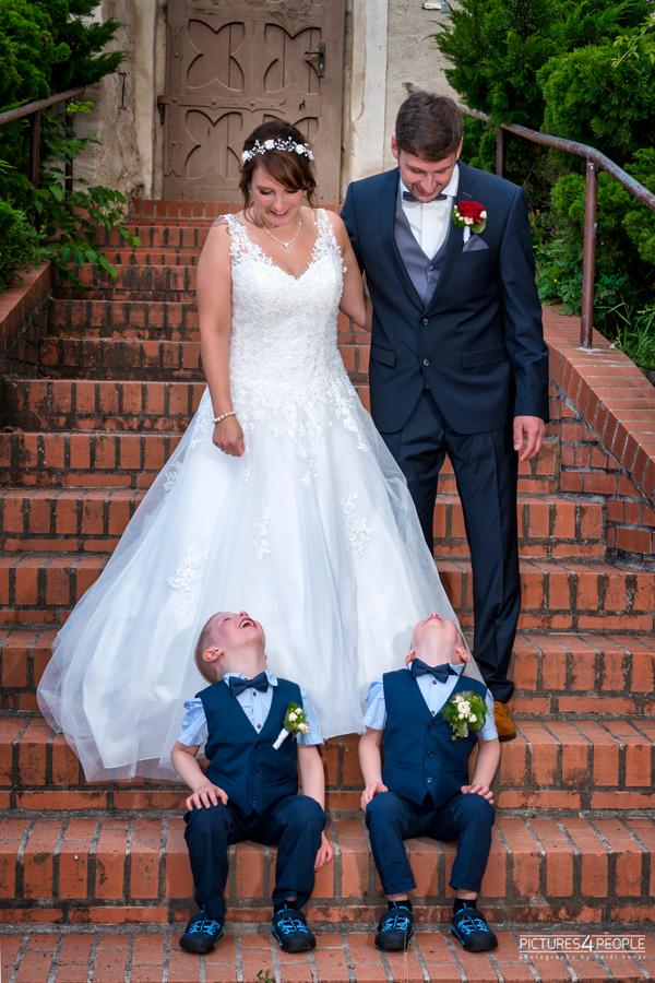 Fotograf aus Dessau; Hochzeit, Brautleute schauen auf kleine Kinder