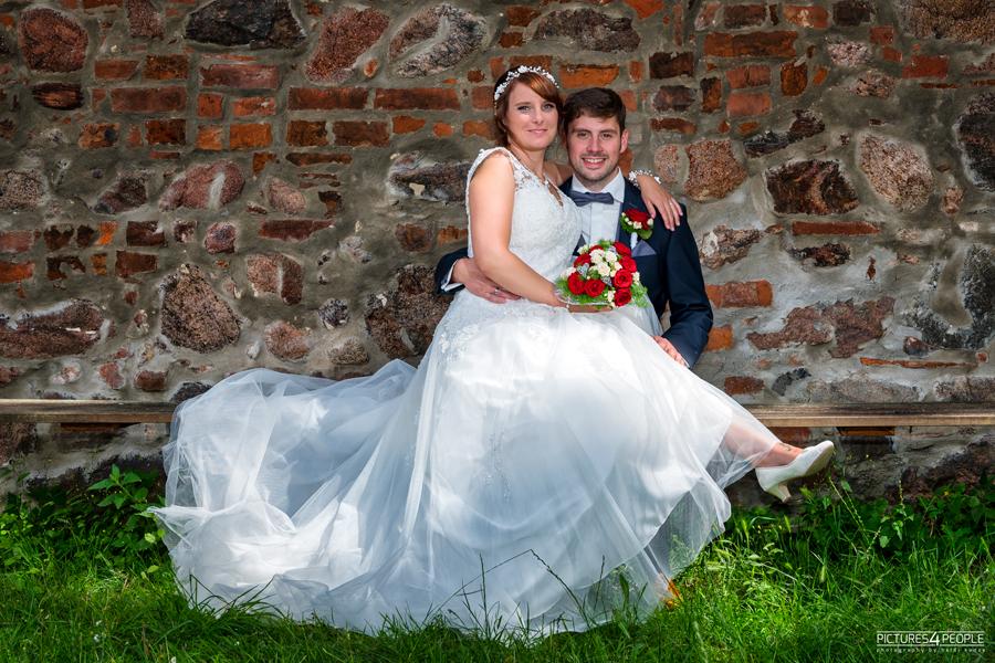 Fotograf aus Dessau; Hochzeit, Brautleute sitzen auf einer Bank