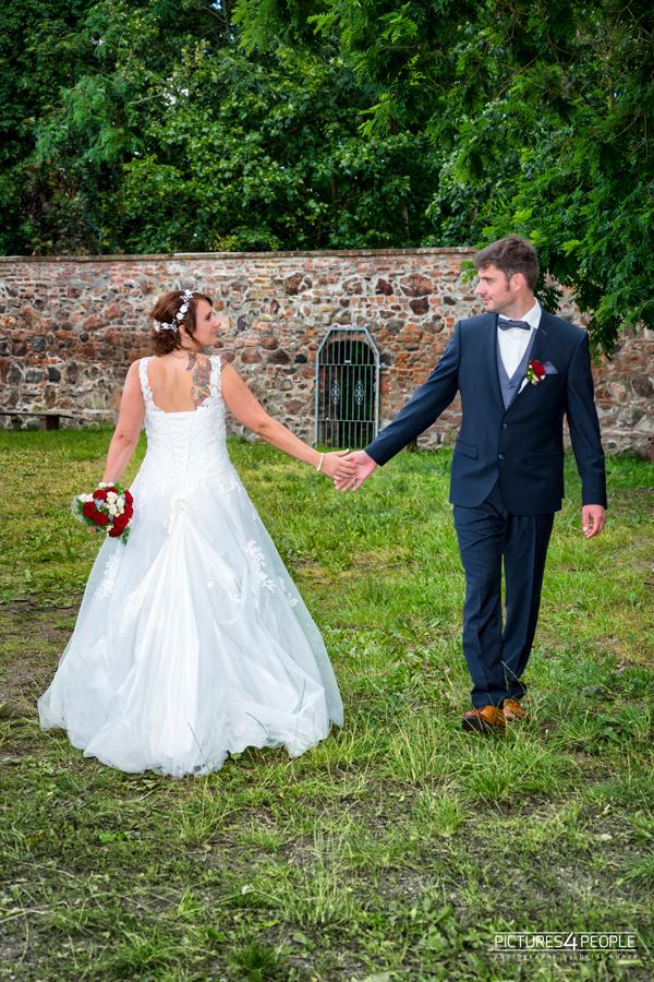 Fotograf aus Dessau; Hochzeit, Brautleute berühren sich an den Händen