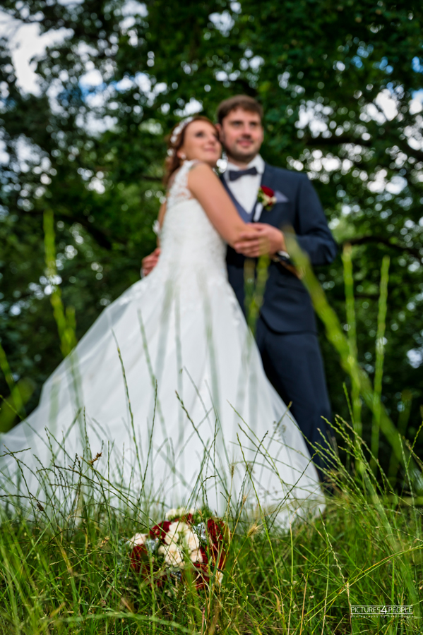 Fotograf aus Dessau; Hochzeit, Brautleute halten sich im Arm