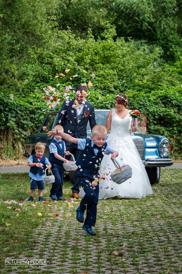Fotograf aus Dessau; Hochzeit, Brautleute laufen mit Kindern