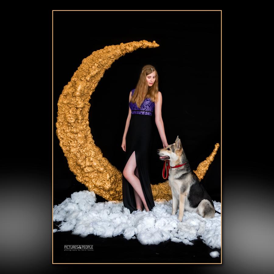 Fotograf aus Dessau beim #MaNaFestival 2020 / junge Frau vor einem großen Mond mit Hund