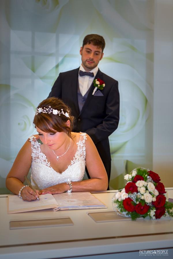 Fotograf aus Dessau, Hochzeit, Braut unterschreibt
