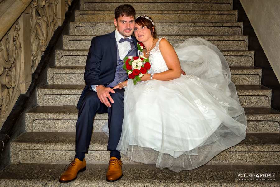 Fotograf aus Dessau; Hochzeit, Brautleute sitzen auf einer Treppe