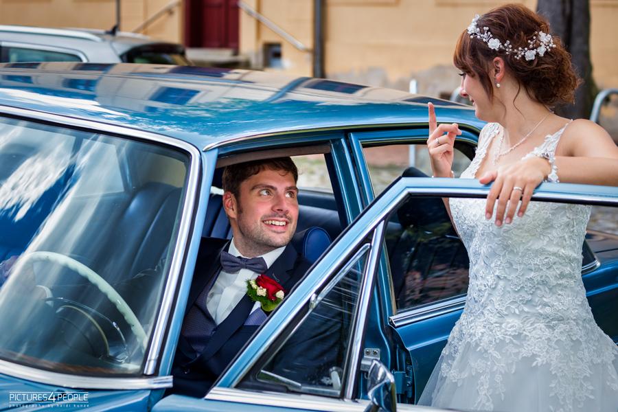 Fotograf aus Dessau; Hochzeit, Braut zeigt dem Bräutigam einen erhobenen Zeigefinger