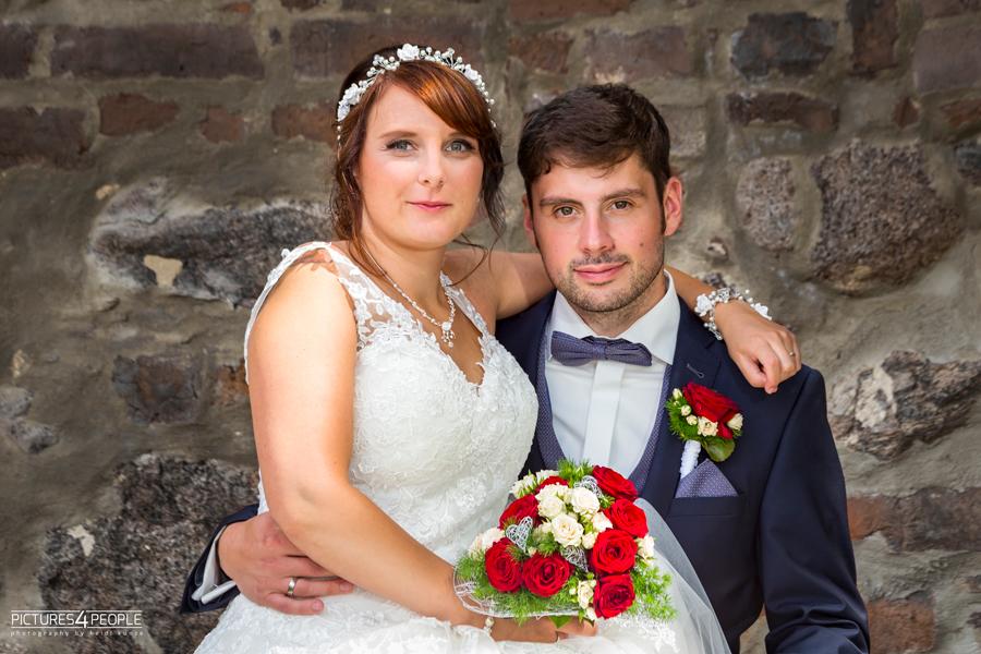 Fotograf aus Dessau; Hochzeit, Braut sitzt auf dem Schoß des Bräutigams